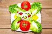 talíř salátu na dřevo
