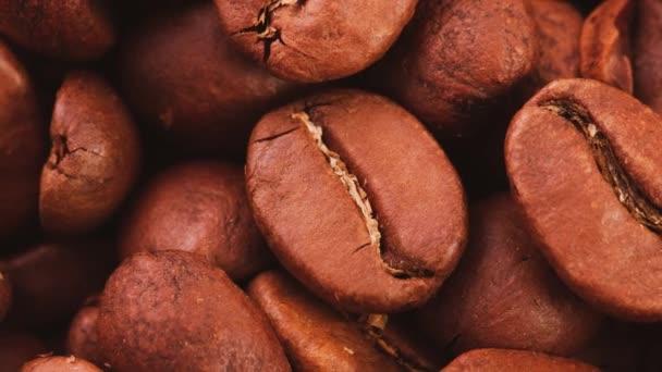 Detailní záběr aromatických pražených celých kávových zrn jako přirozené pozadí.