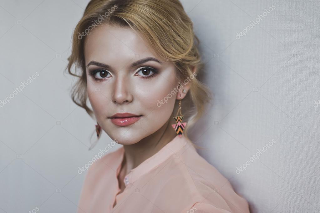 La fille avec le maquillage et la coiffure sur le portrait — Image de  alena_zamotaeva