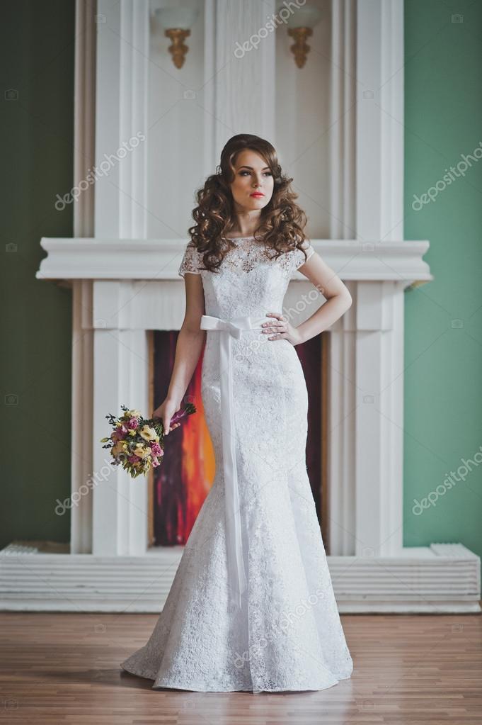 Trouwjurk Kosten.Het Meisje In Een Bruiloft Jurk Kosten Bij Een Open Haard 2641