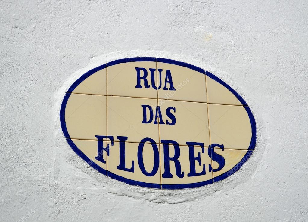Piastrelle con l iscrizione di rua das flores in alte u foto stock
