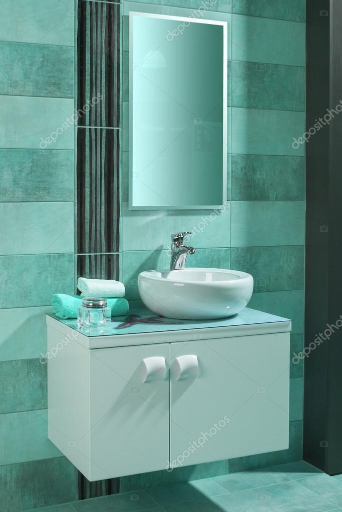 weißes Spülbecken rund in einem modernen Badezimmer mit blauen ...