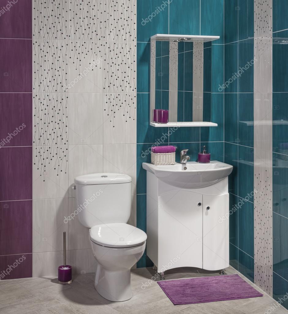 detalle de un moderno cuarto de baño con lavabo, armario y tocador ...