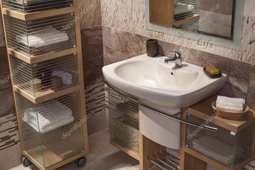 Detail van een moderne badkamer met wastafel en kast voor