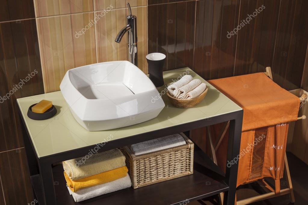 Dettaglio di un moderno bagno con lavandino asciugamani e cestino