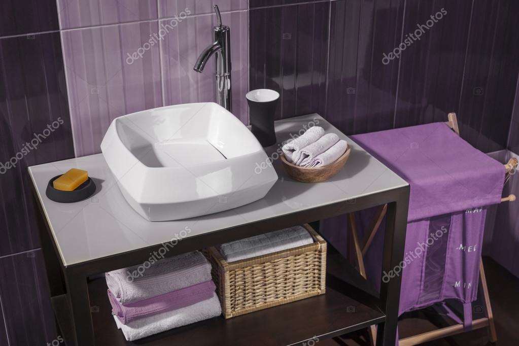 Detail von einem modernen Badezimmer mit Waschbecken und Zubehör ...