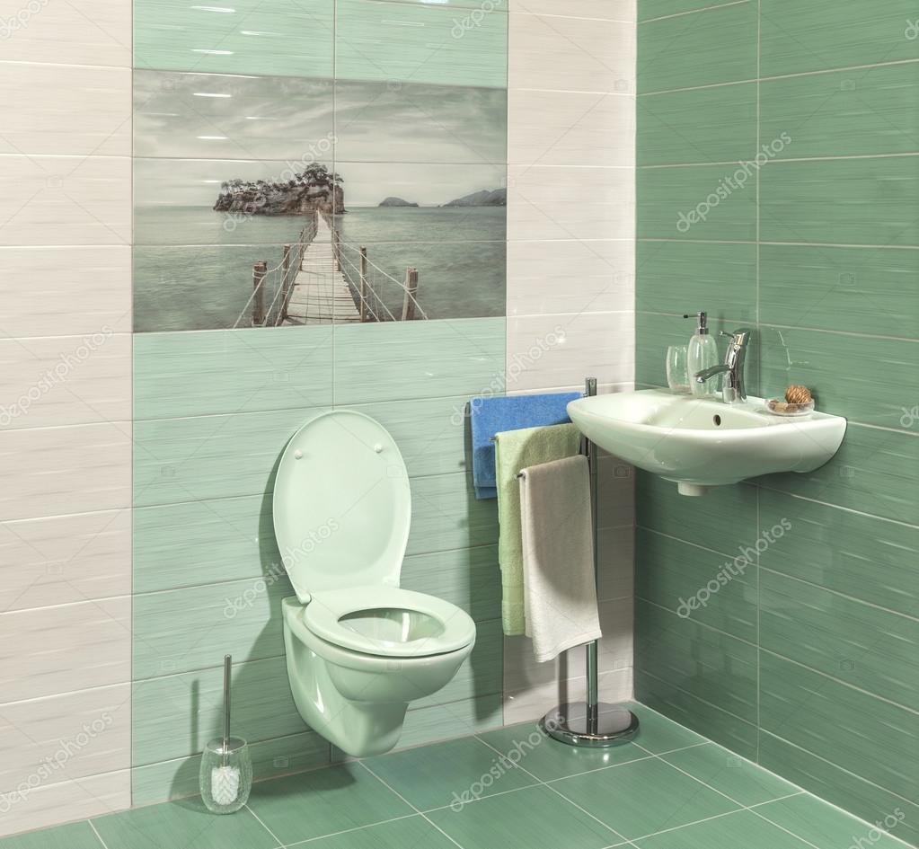 komfortable, moderne Badezimmer mit grünen Fliesen — Stockfoto ...