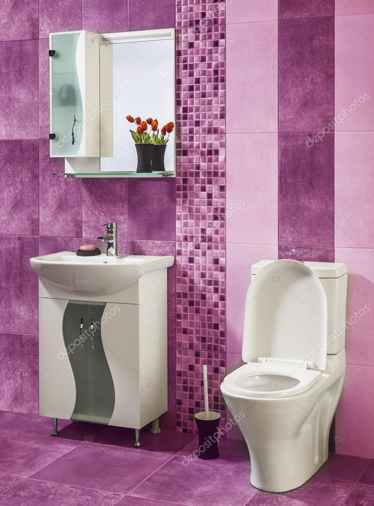 Schöne Und Stilvolle Badezimmer Dekoriert Mit Blumen Mit Rosa - Rosa fliesen bad