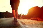 Nohy běžící holka