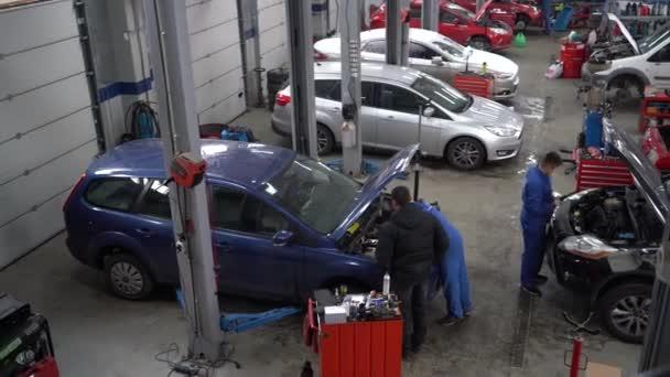 Evropa, Kyjev, Ukrajina - listopad 2020: Fordovy automobily u autoservisu. Automobilová opravna. Autoservisní stanice.