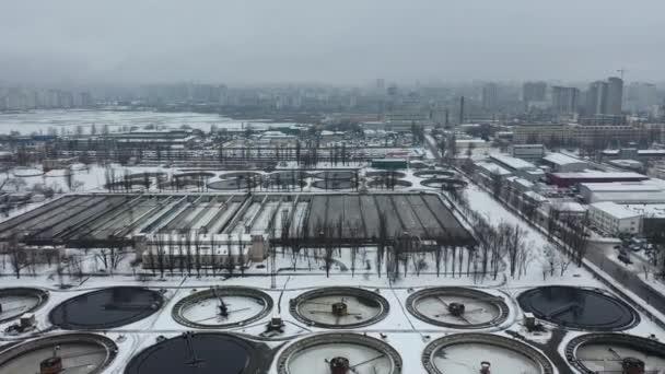Europa, Kiew, Ukraine - Februar 2021: Belüftungsstation Bortnytsia, Bortnychi. Drohnen aus der Luft. Kläranlage. Kläranlage. Belüftungsstation Kyiv Bortnychi.