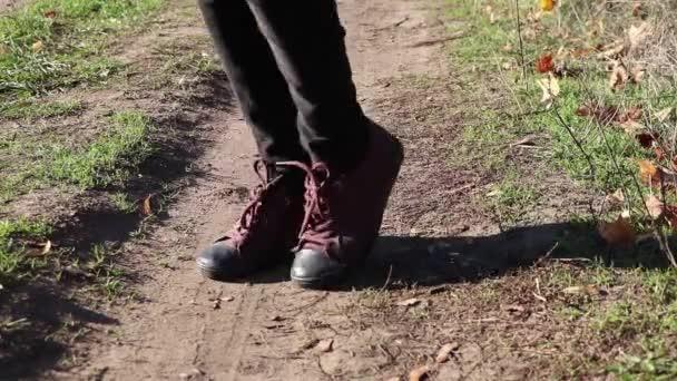 weibliche Beine, die tagsüber im Freien in Turnschuhen in der Sonne tanzen, aktive Freizeit