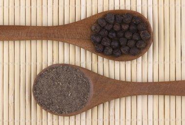 Black pepper corns and black pepper powder