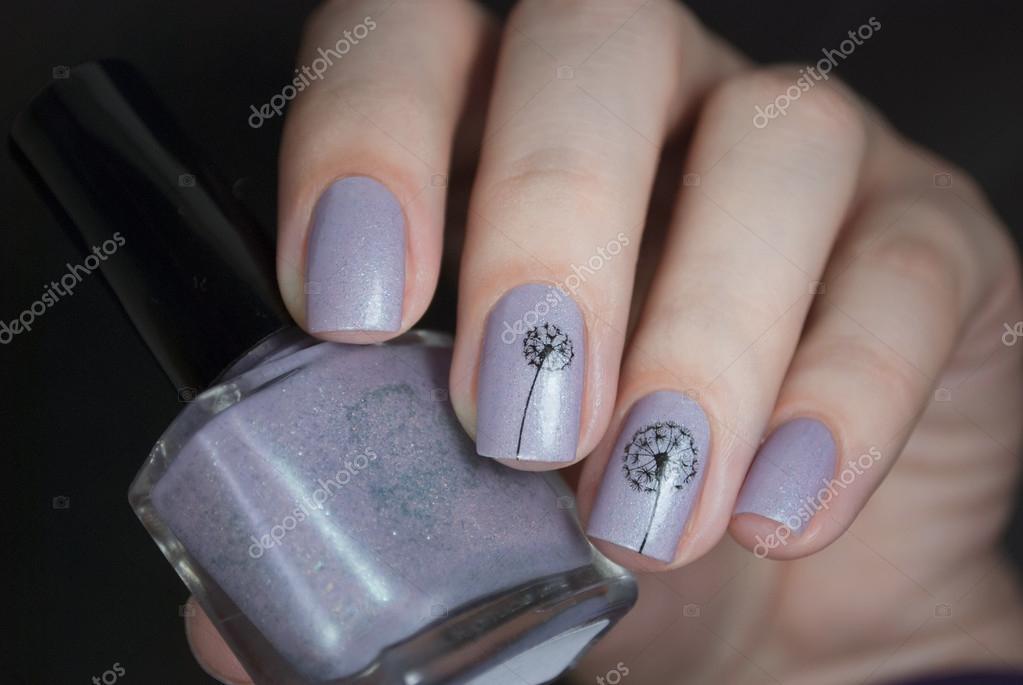 Esmalte de uñas de una mano sobre un fondo negro. Arte del clavo ...