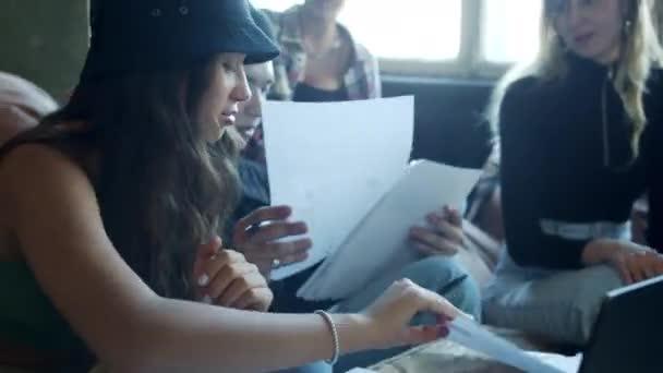 Schüler lösen im Fernunterricht ein mathematisches Problem