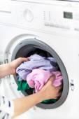 Fényképek nő berakodás mosógép