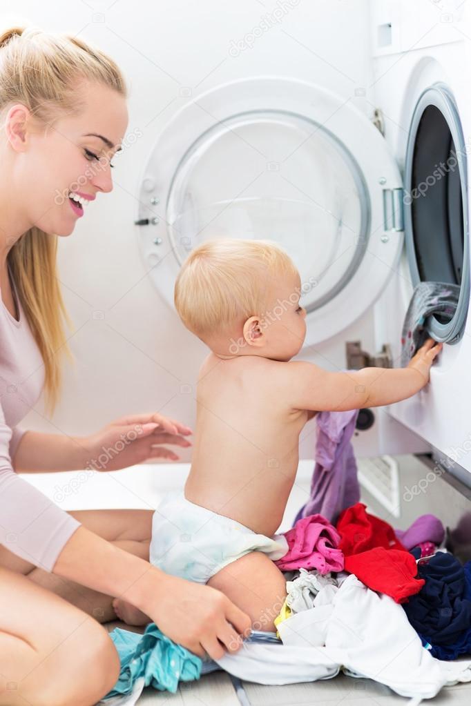 Mutter und Baby Kleidung laden — Stockfoto © pikselstock #82356500