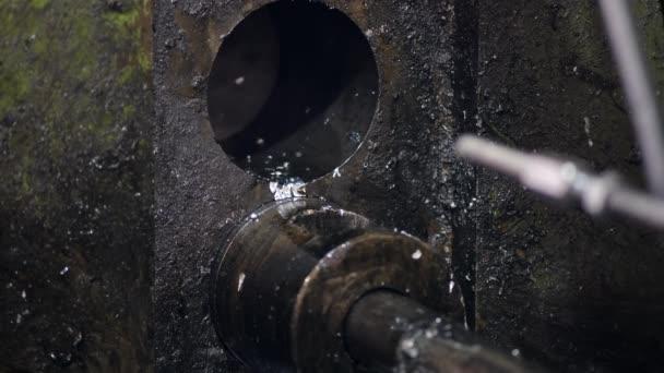 Továrna na výrobu náhradních dílů pro automobily a traktory. Místo neželezného lití a tepelného zpracování. Dělník nalije do stroje roztavený hliník.