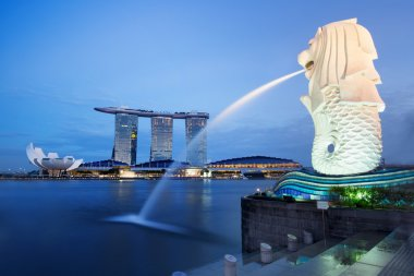 Singapore bay and merlion statue at night