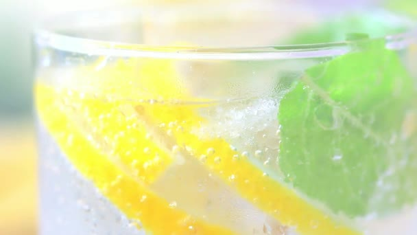 Letní drink s citronem, ledu a mátou