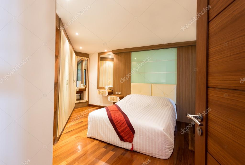 Comfortabele moderne slaapkamer met houten vloer u2014 stockfoto