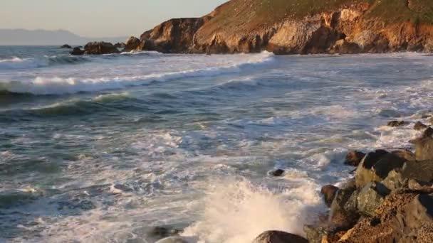 Hullámok és a sziklák, a naplemente