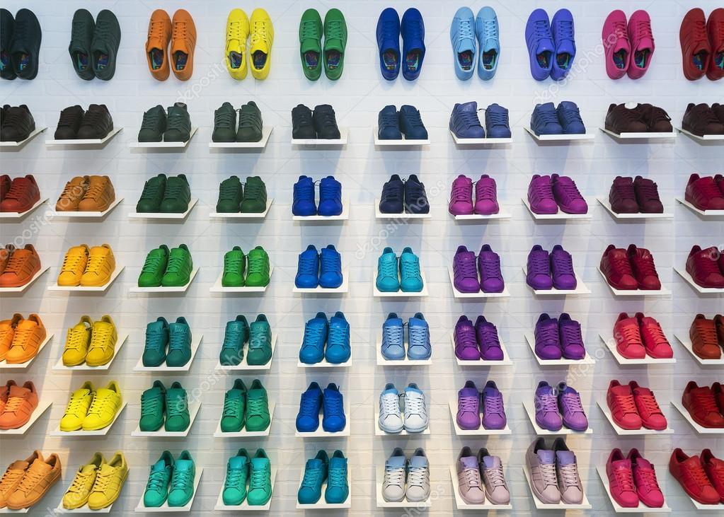 mosca, russia - 12 aprile: adidas originali scarpe in una scarpa, stoccaggio