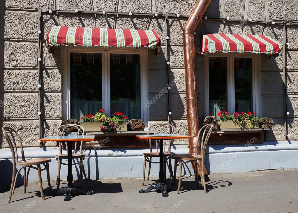 столы на улице возле кафе стоковое фото Deb 37 76583143