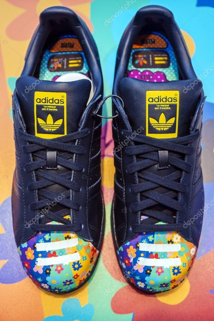 Mosca, Russia - 23 agosto: Scarpe Adidas Originals in un negozio di scarpe a Mosca 23 agosto 2015. ADIDAS, il gruppo industriale tedesco specializzata nella ...