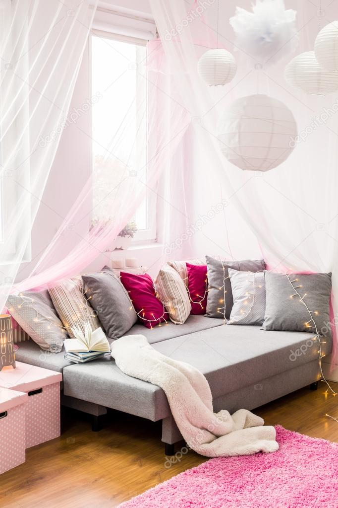 https://st2.depositphotos.com/2249091/10193/i/950/depositphotos_101935616-stock-photo-bedroom-with-couch.jpg
