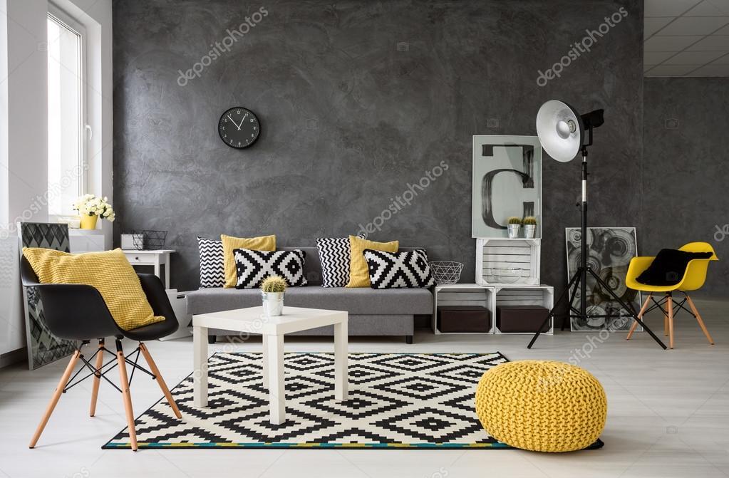 Grijs woonkamer met gele details — Stockfoto © photographee.eu ...