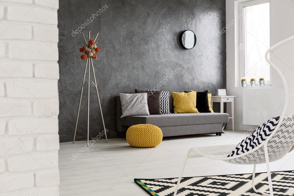 Attraktiv Moderne, Graue Einrichtung Mit Sofa, Stuhl, Gelb Details Und Stilvolle  Dekorationen U2014 Foto Von Photographee.eu