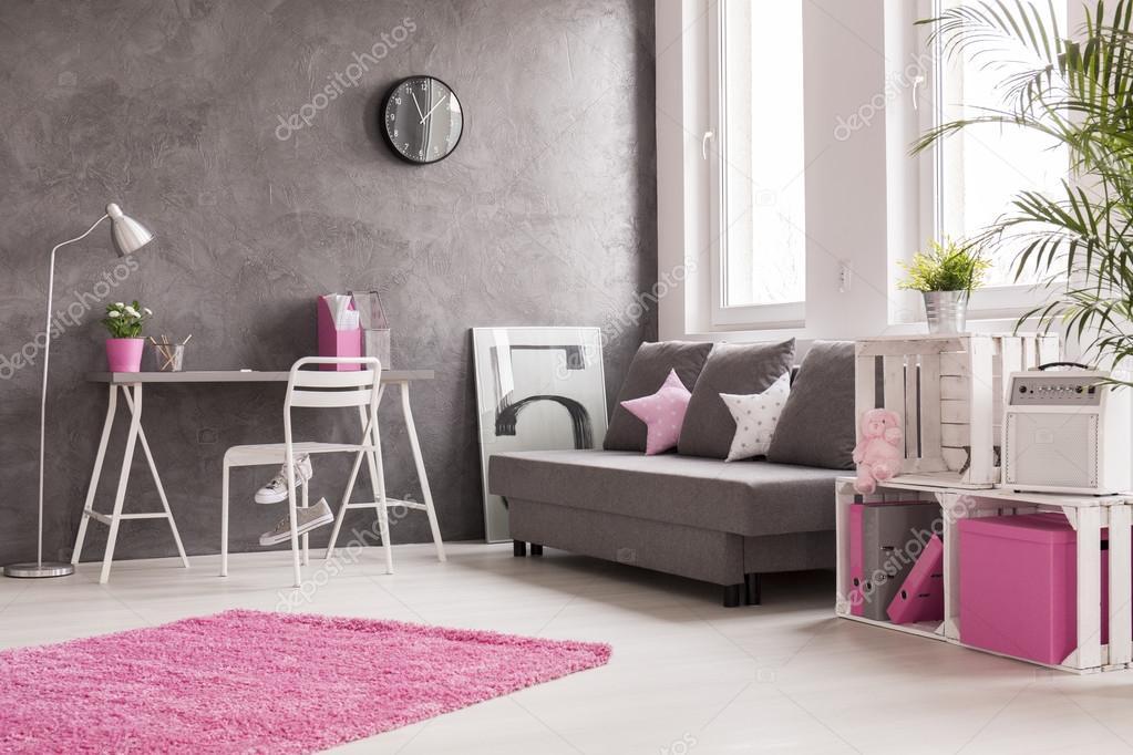 Grijs woonkamer met roze en witte details — Stockfoto © photographee ...