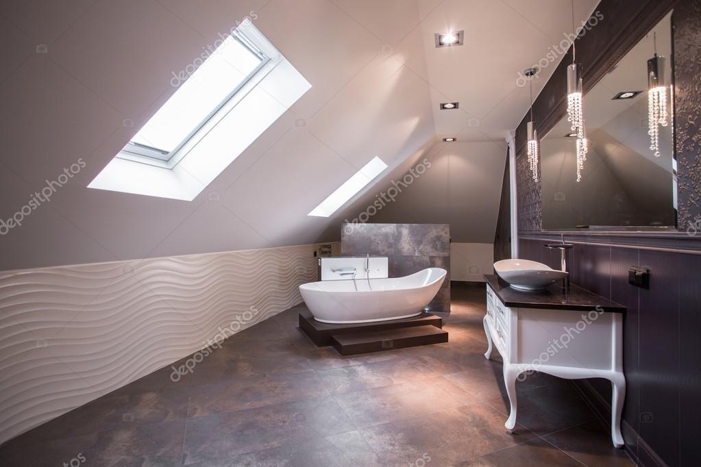 Przestronna łazienka Na Poddaszu Zdjęcie Stockowe