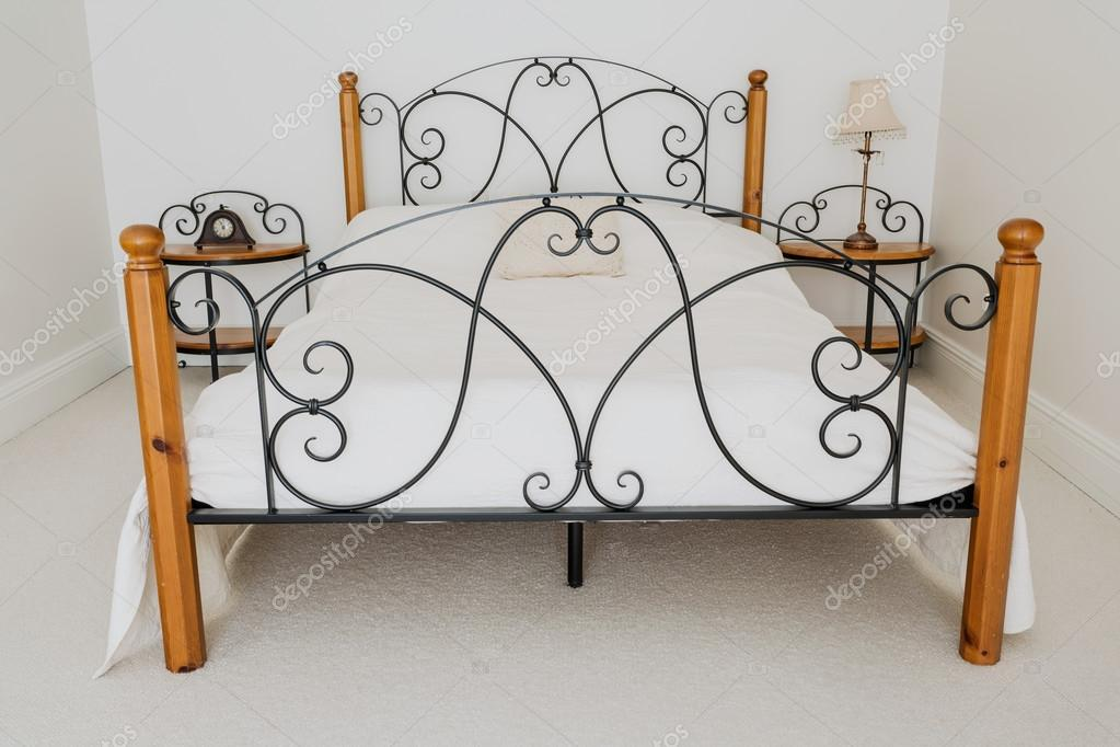 Elegante Holz Und Metall Bett Stockfoto C Photographee Eu