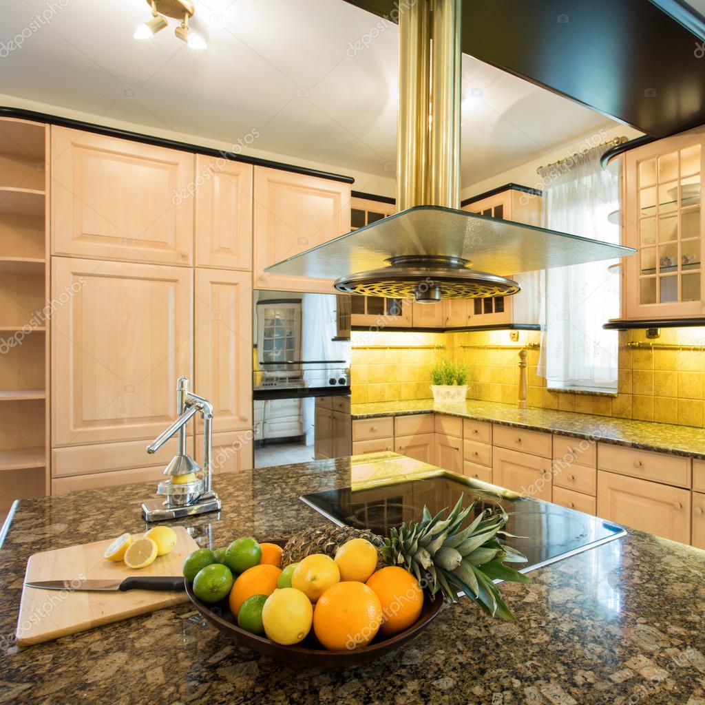Moderne Küche mit Früchten — Stockfoto © photographee.eu #106511538