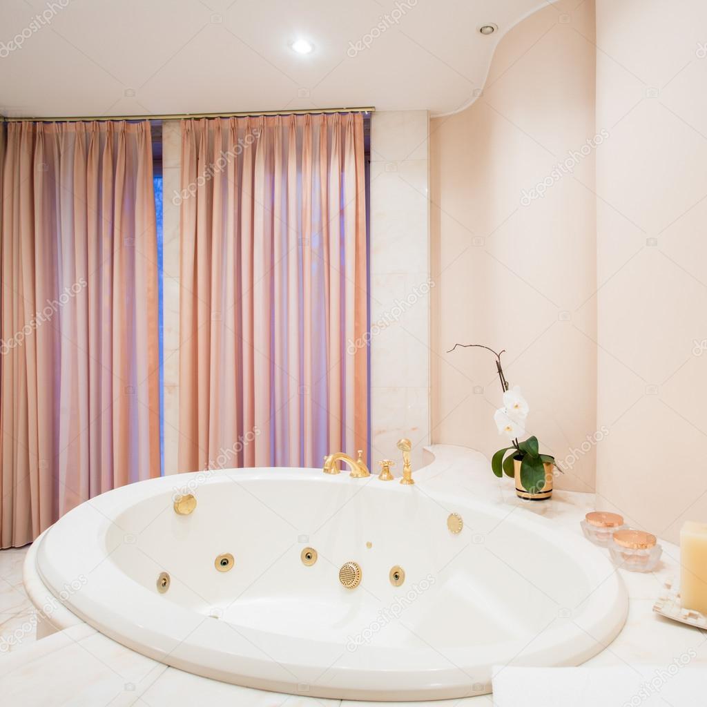 Blick Auf Die Große Badewanne Im Badezimmer U2014 Foto Von Photographee.eu
