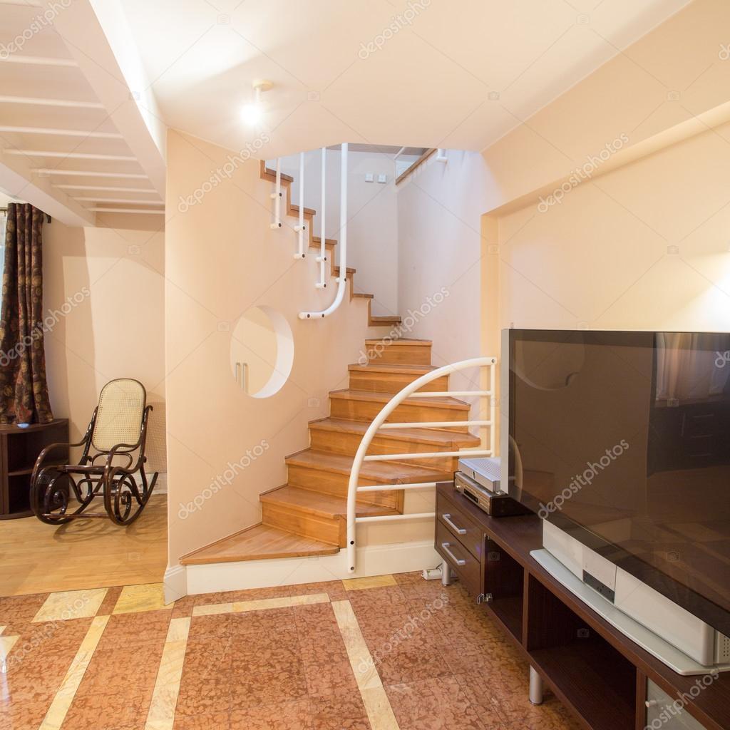 Escada de madeira na casa de luxo fotografias de stock for Escaleras para casa chica