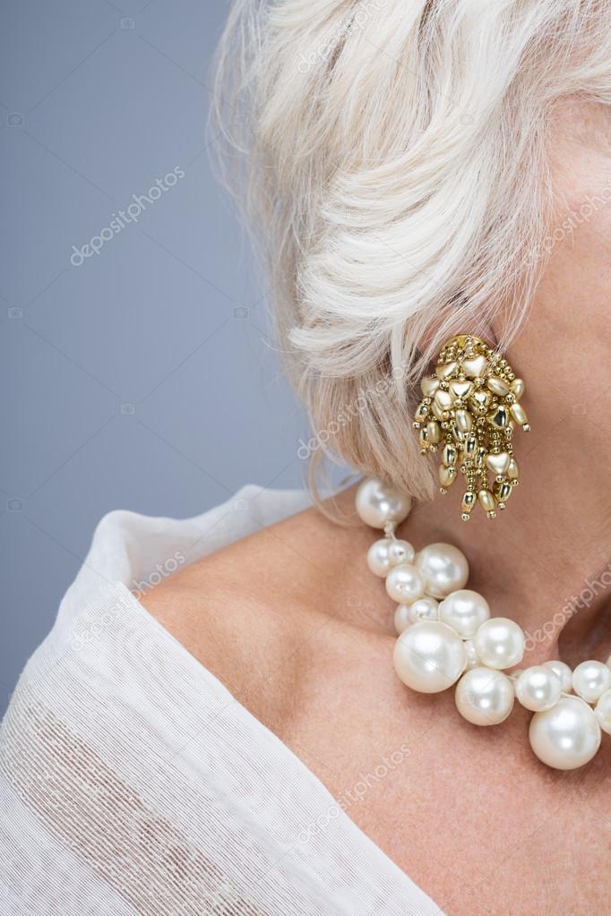 0f03f34ddb26 Красивые сложные украшения на шею старшие женщины. Белый Колье из жемчуга и  золотые серьги — Фото автора ...