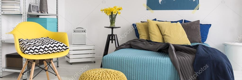 Gele en turquoise slaapkamer ontwerp — Stockfoto © photographee.eu ...