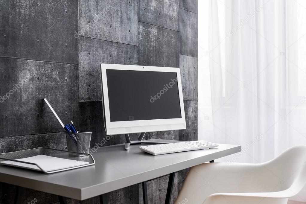 Mesa de computador moderno para aqueles que amam o minimalismo — Fotografia  de Stock f423cf2f71