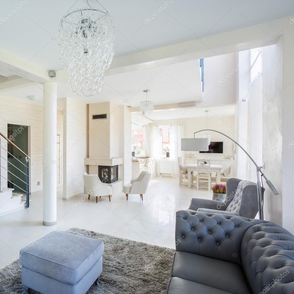 Stein-Treppe im modernen Wohnzimmer platziert — Stockfoto ...