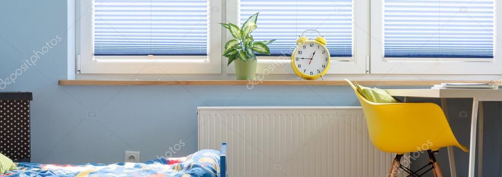 Blaue Innenraum Mit Bett, Gelber Stuhl Und Schreibtisch, Wecker Und  Pflanzen Auf Der Fensterbank Stehen U2014 Foto Von Photographee.eu
