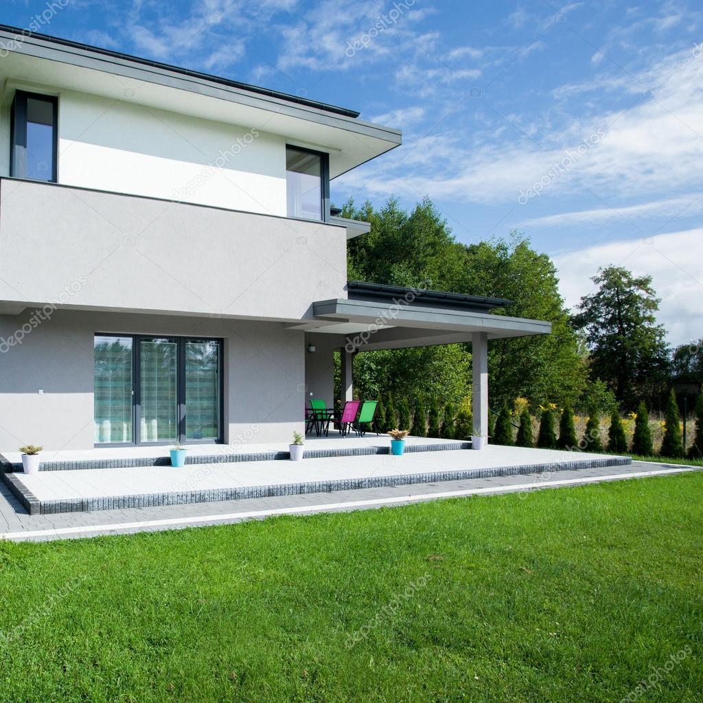 Modernes Haus von außen — Stockfoto © photographee.eu #110911650