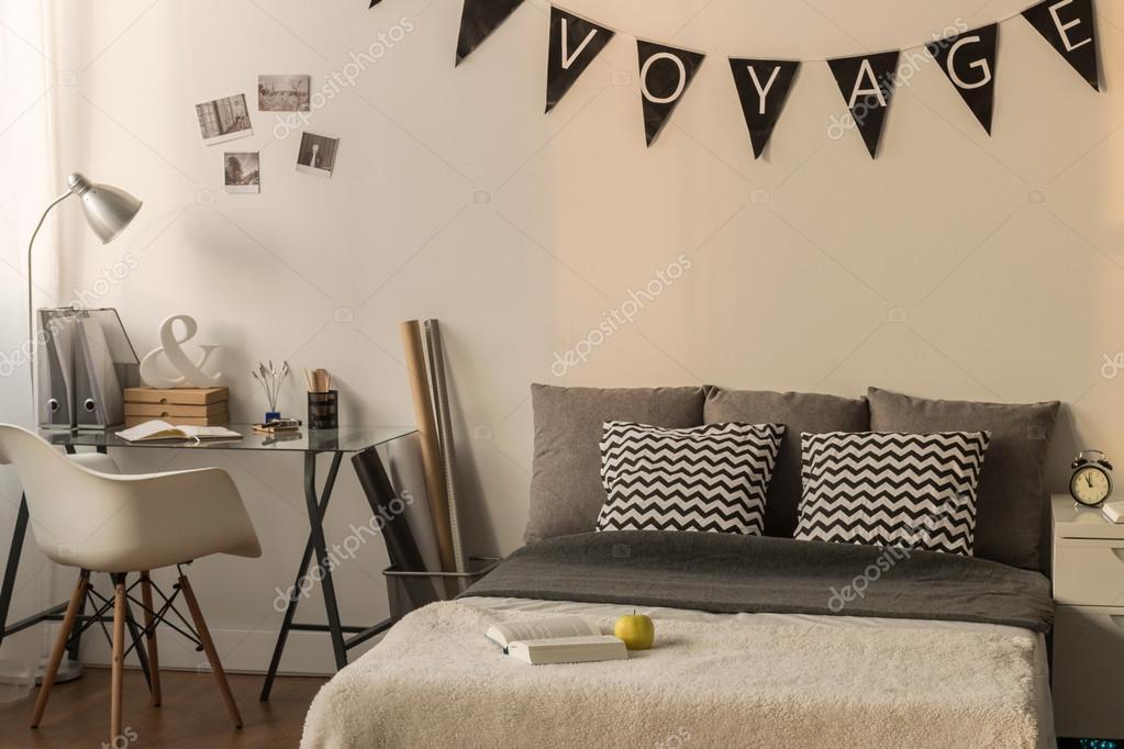 Lui s middags in een warme en knusse slaapkamer u2014 stockfoto