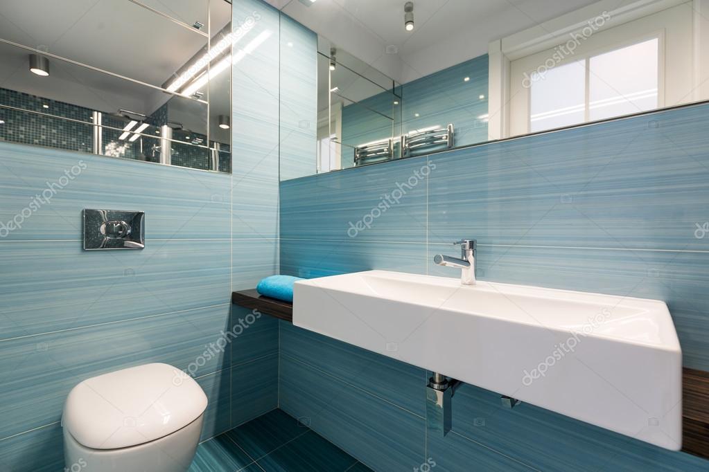 Neues Bad In Hellblau Stockfoto C Photographee Eu 111569296