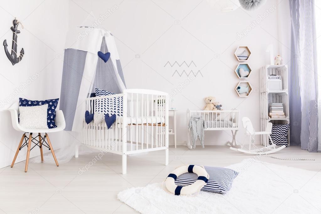 baby slaapkamer in marine stijl stockfoto