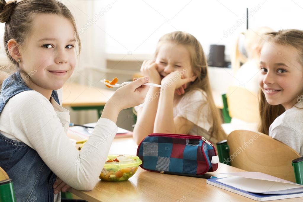 Imágenes Niños Comiendo En El Salon De Clases Comer En Un Grupo