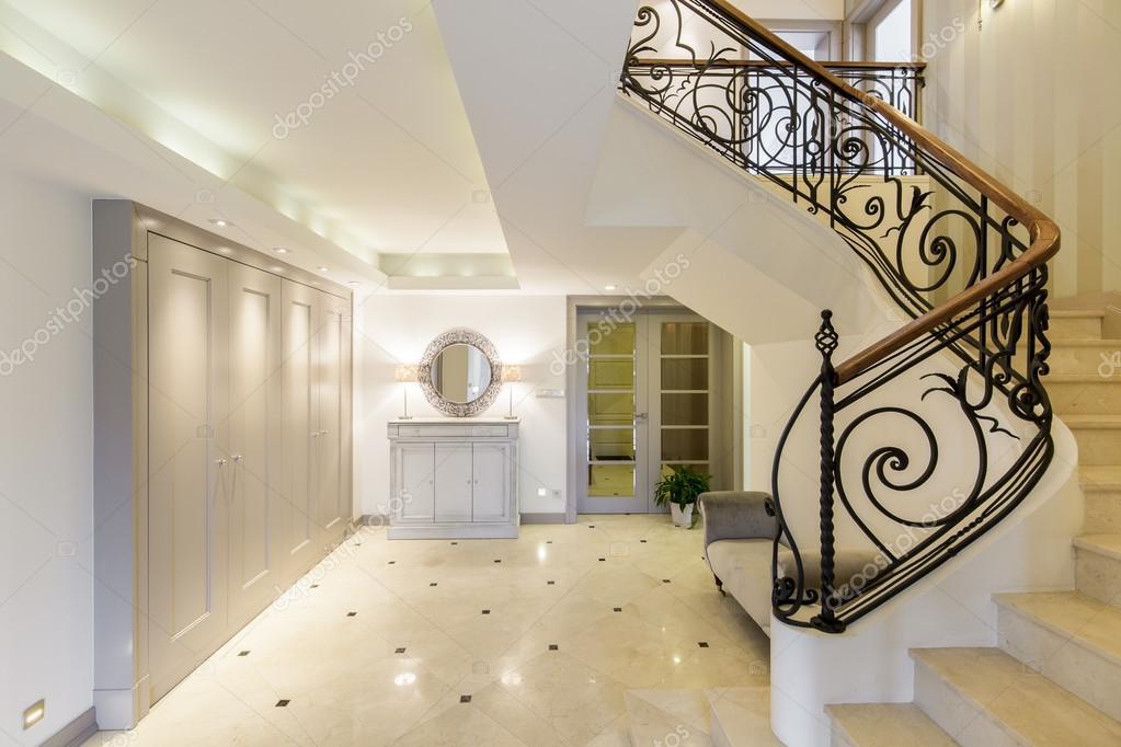 amplio pasillo con escalera con estilo foto de stock 112600830. Black Bedroom Furniture Sets. Home Design Ideas