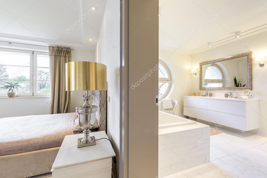 Lussuoso appartamento con camera da letto e bagno — Foto Stock ...